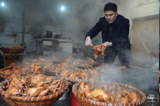 河南大叔用祖方做烧鸡,春节一天能